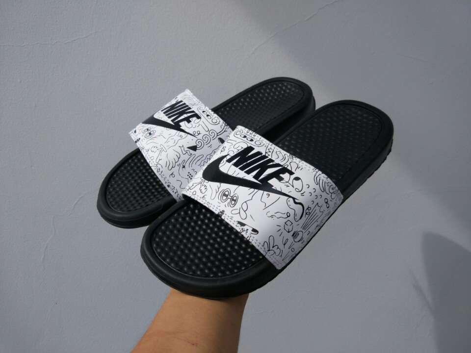Dép Nike Benassi Cartoon trắng